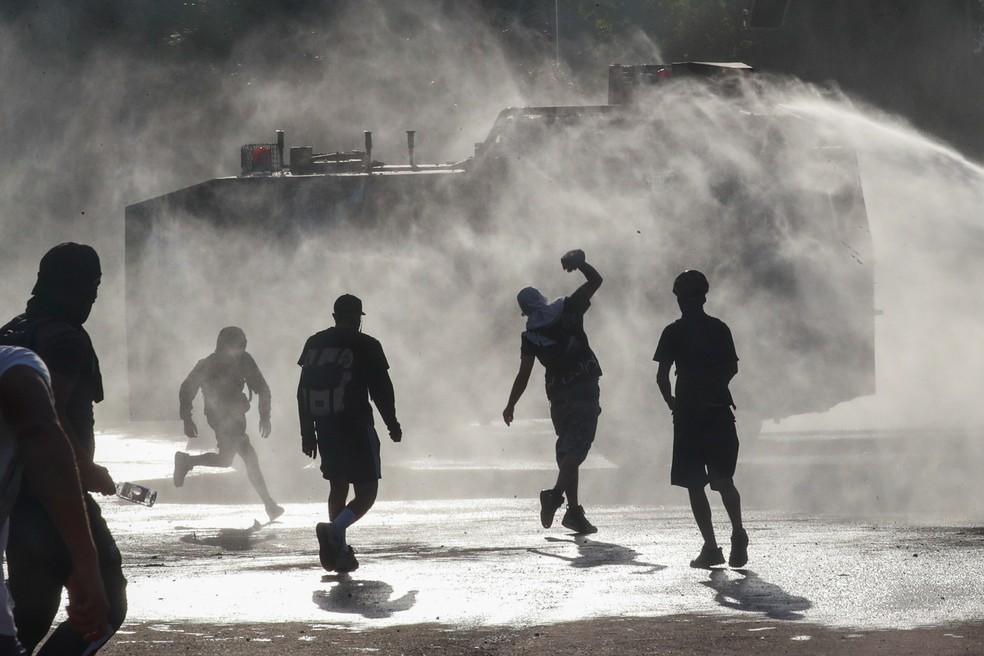Protestos no Chile impediram a realização da final da Libertadores na capital Santiago — Foto: Henry Romero/Reuters